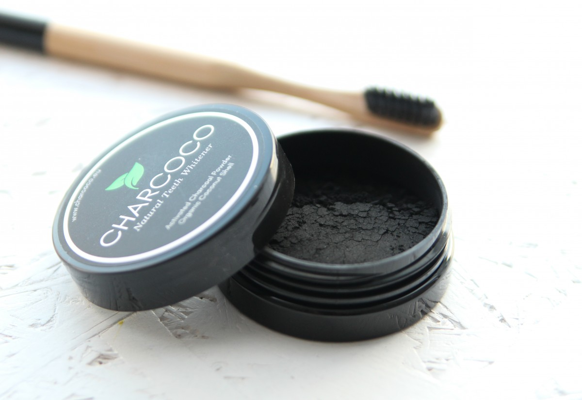 witte tanden met Charcoco Natural Teeth Whitener