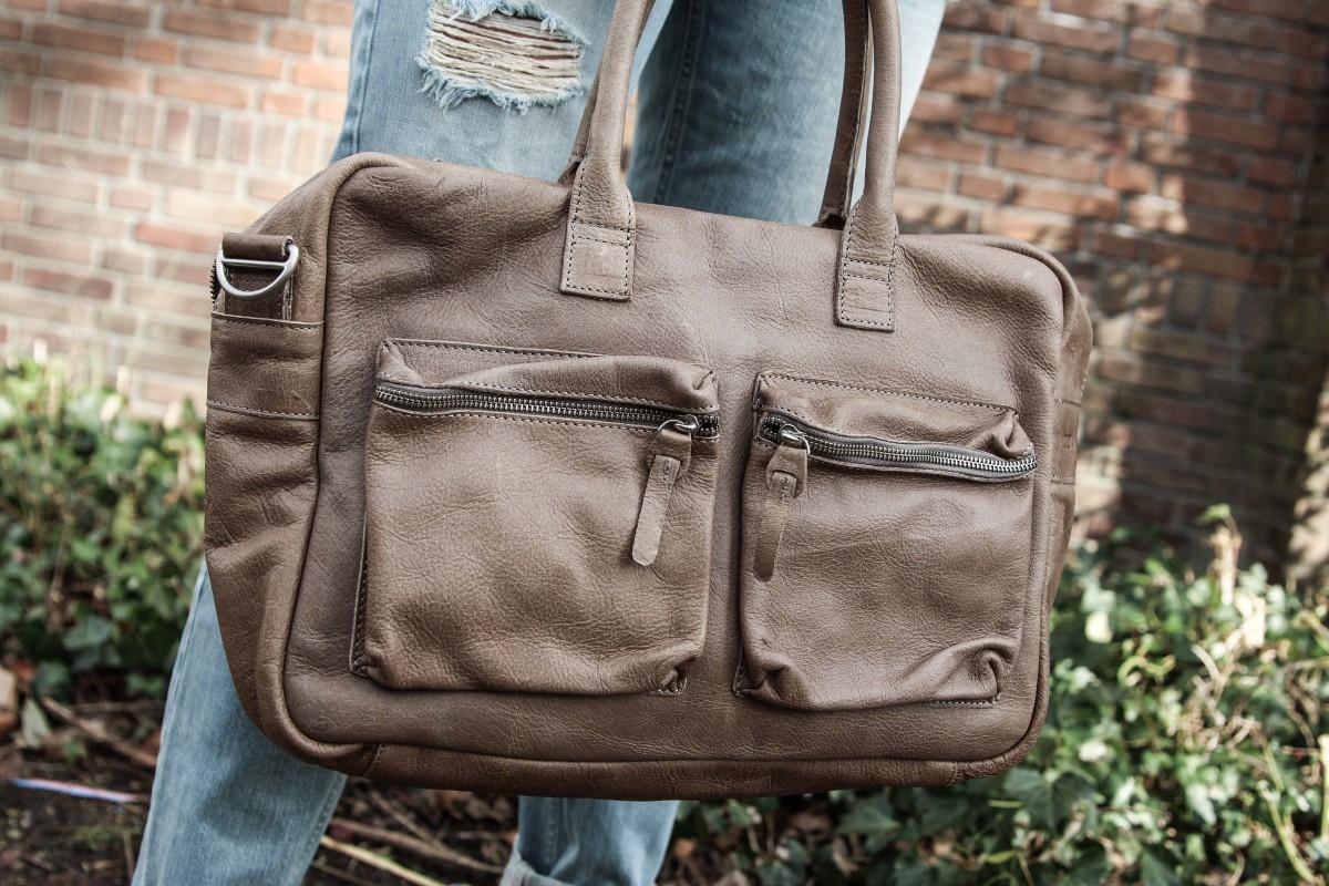 98c236db7c6 Mocht je deze variant van de Cowboysbag iets te groot vinden, dan is hij  ook nog verkrijgbaar in een kleiner formaat. Ook is er zelfs een luiertas  ...