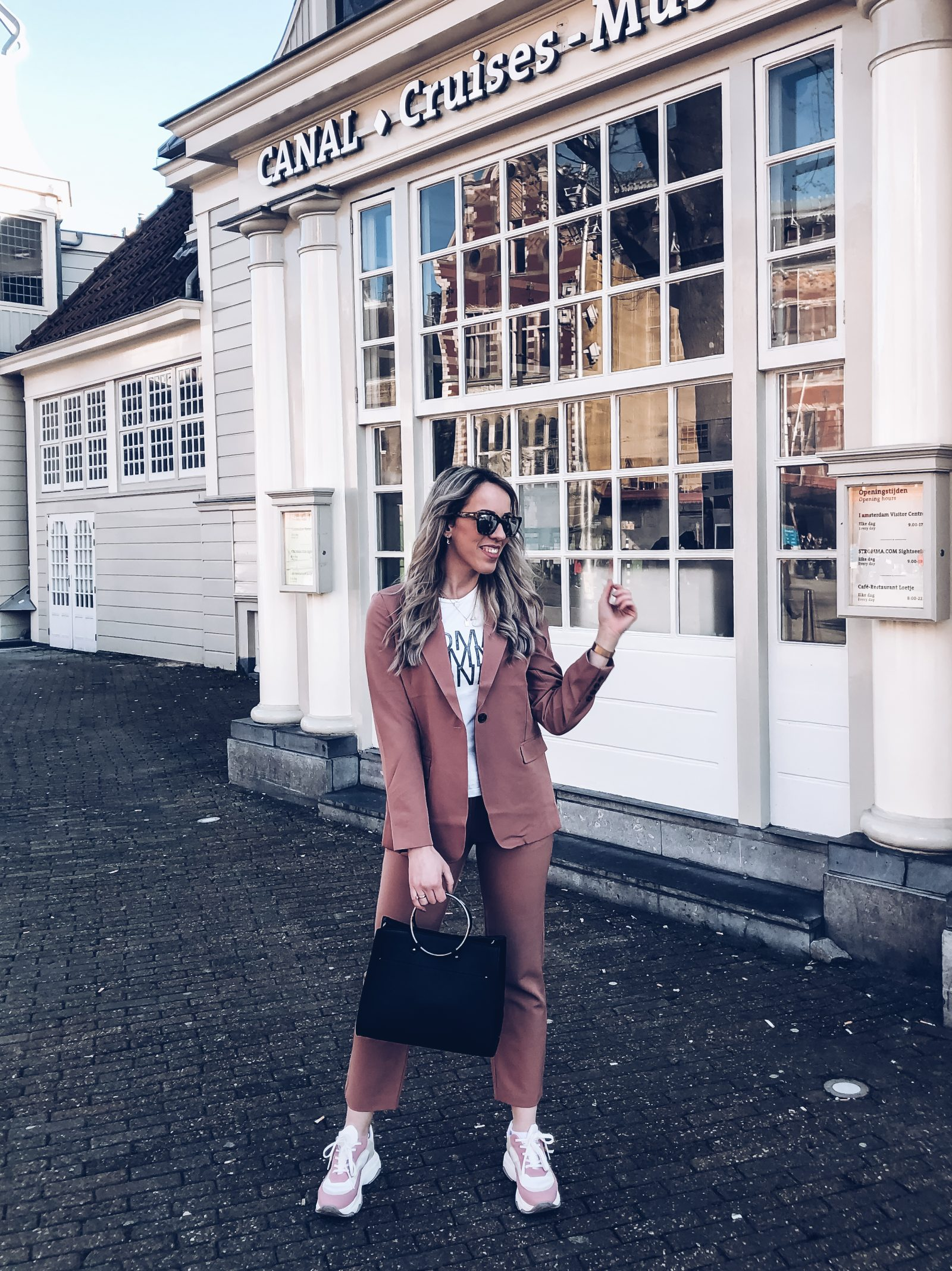 Outfit: Pink suit van NA-KD